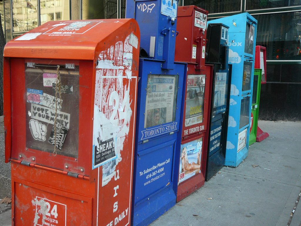A nicely placed colourful line of newspaper boxes, just outside the St. Patrick subway station downtown. Foto: Steve Harris. Lizenz: CC-BY-2.0