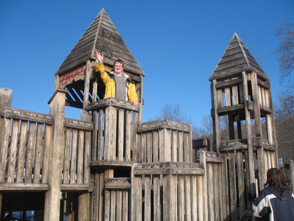 Jens Kubiziel auf einer Spielplatzholzburg. Foto: Heidi Kubieziel, CC-BY-SA-NC