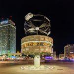 Urania-Weltzeituhr auf dem Alexanderplatz in Berlin. Foto: Diego Delso. Lizenz: CC BY-SA 4.0
