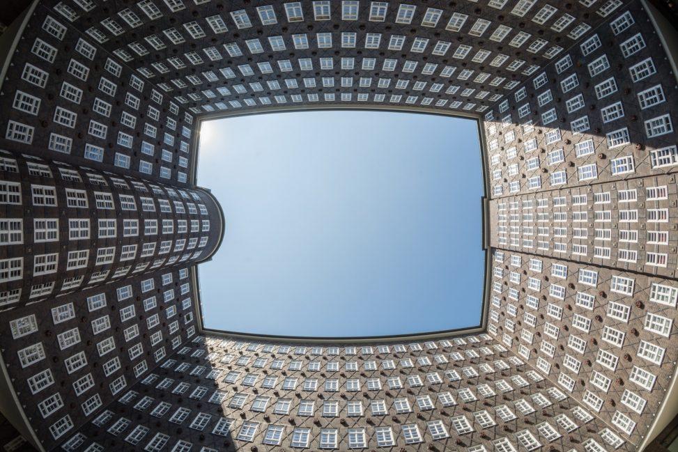 Innenhof des Kontorhauses Sprinkenhof in Hamburg-Altstadt. Foto: Ajepbah. Lizenz: CC-BY-SA-3.0 DE