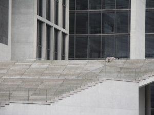liegende Person auf der südlichen Treppe am Marie-Elisabeth-Lüders-Haus. Foto: Standardizer. Lizenz: CC-BY-SA-4.0