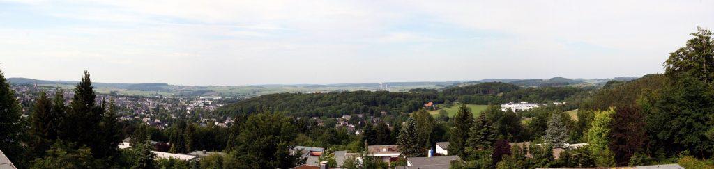 Panorama der Stadt Brilon vom Itzelstein aus. Foto: SteveK. Lizenz: CC-BY-SA-3.0