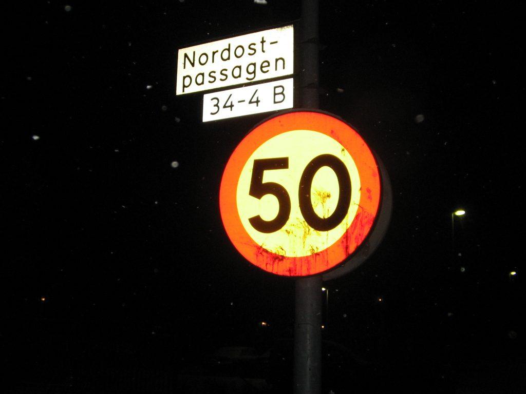Traffic sign (speed) during night. Foto: Konstantin. Lizenz: CC-BY-SA-3.0