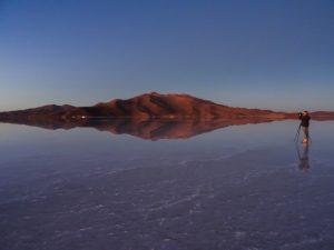 Diego Delso, in der Salar de Uyuni, Bolivien fotografierend.