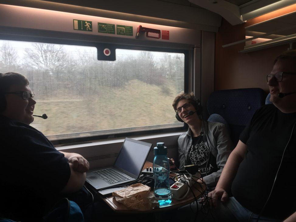 DCB, Kenny McFly und Sebastian Wallroth im Zug. Foto: Wnme. Lizenz: Public Domain
