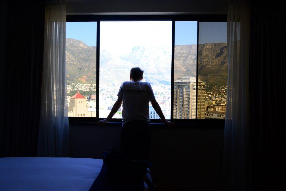 Wikimania 2018 in Kapstadt – Zenith4237 am Fenster stehend und über Kapstadt blickend. Foto: DasMonstaaa. Lizenz: CC-BY-SA-4.0