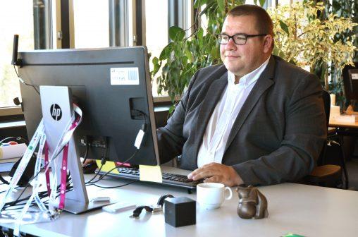 Christian Geiger, Chief Digital Officer für die Stadt St. Gallen, hier am 5. Oktober 2018 an seinem Arbeitsplatz im 11. Stockwerk im Rathaus von St. Gallen wenige Stunden vor seiner Eröffnungsrede zur WikiCon 2018. Foto: Bernd Schwabe. Lizenz: CC BY-SA 4.0